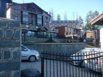 Hotel en parkerenplaats Stock Foto