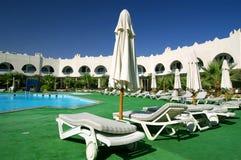 Hotel en pool royalty-vrije stock foto