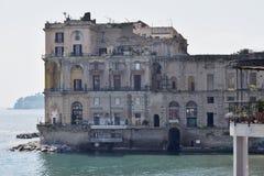 Hotel en Posillipo y el golfo de Nápoles, Italia Imagenes de archivo