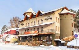 Hotel en restaurants in het toevluchtgebied Toevlucht Belokurikha royalty-vrije stock afbeelding