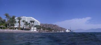 Hotel en strand dichtbij de grenscontrole Taba Stock Afbeeldingen
