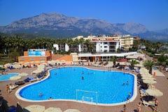 Hotel en zwembad op een bergachtergrond Kemer Turkije Royalty-vrije Stock Foto