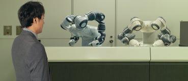 Hotel esperto na indústria 4 da hospitalidade 0 conceitos, o assistente do robô do robô do recepcionista na entrada do hotel ou a imagem de stock royalty free