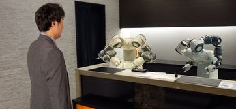 Hotel esperto na indústria 4 da hospitalidade 0 conceitos, o assistente do robô do robô do recepcionista na entrada do hotel ou a foto de stock royalty free