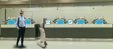 Hotel esperto na ind?stria 4 da hospitalidade 0 conceitos, o assistente do rob? do rob? do recepcionista na entrada do hotel ou a imagem de stock