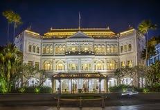 Hotel famoso de las rifas de Singapur en la noche foto de archivo