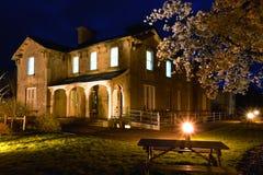 Hotel ferroviario viejo en la noche y el flor de cereza Fotografía de archivo libre de regalías