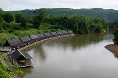 Hotel flotante en el río Kwai en Tailandia Foto de archivo libre de regalías