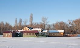 Hotel flotante en un lago del invierno. Fotografía de archivo
