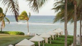 Hotel frente al mar del Caribe tropical situado en Montego Bay, Jamaica almacen de video