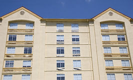 Hotel giallo dello stucco Fotografie Stock Libere da Diritti