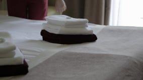 Hotel: Gosposia robi łóżku w pokoju hotelowym Hotelowa usługa żeńska housekeeping pracownika gosposia robi łóżku z bedclothes prz zbiory wideo