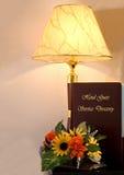 Hotel-Guestbook und Lampe Lizenzfreie Stockbilder