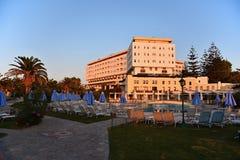 Hotel hermoso - complejo playero en la puesta del sol Fondo del verano para el viaje y los días de fiesta Grecia Crete imagen de archivo
