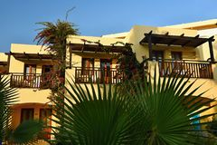 Hotel hermoso - complejo playero en la puesta del sol Fondo del verano para el viaje y los días de fiesta Grecia Crete foto de archivo libre de regalías