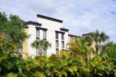 Hotel i drzewka palmowe Zdjęcia Stock