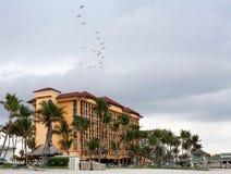 Hotel il giorno nuvoloso della spiaggia Fotografie Stock