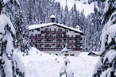Hotel im Schnee horizontal Stockfoto