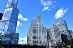 Hotel internacional del triunfo y torre de reloj de Wrigley, Chicago Foto de archivo libre de regalías
