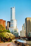 Hotel internacional e torre do trunfo em Chicago, IL na manhã Imagem de Stock