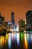 Hotel internacional e torre do trunfo em Chicago, IL na noite Fotos de Stock
