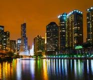Hotel internacional e torre do trunfo em Chicago, IL na noite Foto de Stock