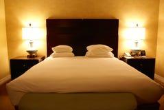 Hotel kingsize bed en lampen Stock Afbeelding