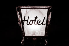 Hotel-Lampen-Wort-Schwarz-weißes Gasthaus-Erholungsort-Motel-Metallrahmen-Licht N lizenzfreie stockbilder