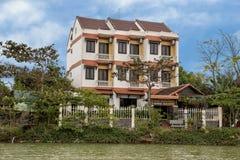 Hotel langs de bank van Thu Bon River, Hoi An, Vietnam royalty-vrije stock afbeeldingen
