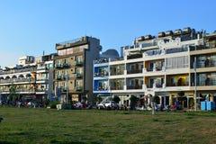 Hotel langs het Strand bij zonsondergang Stock Afbeeldingen
