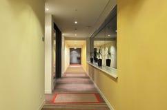 Hotel largo del pasillo Fotos de archivo libres de regalías