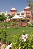 Hotel luxuoso e jardins Imagem de Stock Royalty Free