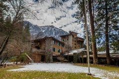 Hotel maestoso di Yosemite durante l'inverno precedentemente conosciuto come l'hotel di Ahwahnee - parco nazionale di Yosemite, C fotografia stock