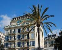 Hotel mediterráneo en orilla del mar fotografía de archivo libre de regalías