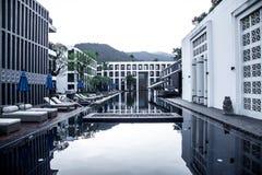 Hotel met zwembad Stock Foto's