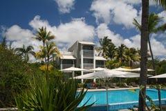 Hotel met zwembad en palmen Stock Foto