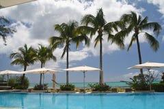 Hotel met zwembad en palmen Royalty-vrije Stock Fotografie