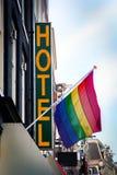 Hotel mit der Regenbogen-Markierungsfahne Lizenzfreie Stockfotos