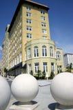Hotel mit drei großen Kugelskulpturen im Vordergrund Lizenzfreies Stockbild