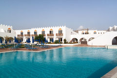 Hotel mit Swimmingpool Stockbild