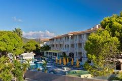 Hotel mit Swimmingpool und Palmen Stockbilder