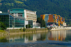 Hotel moderni dal fiume Fotografia Stock Libera da Diritti