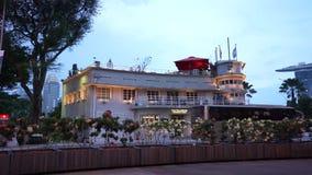 Hotel moderno di Fullerton della casa del waterboat della metropoli di Singapore video d archivio