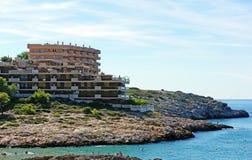 Hotel moderno en la costa rocosa Fotografía de archivo