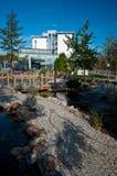 Hotel moderno exterior com lagoa Imagem de Stock Royalty Free