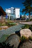 Hotel moderno exterior com lagoa Foto de Stock