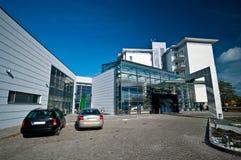 Hotel moderno exterior com lagoa fotos de stock royalty free