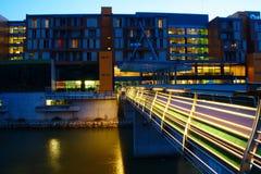Hotel moderno por el río por noche Fotos de archivo libres de regalías