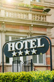 Hotel moderno quattro stelle in città Fotografie Stock Libere da Diritti