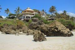 Hotel na brzeg ocean indyjski otaczający drzewkami palmowymi Kenja, Afryka zdjęcia royalty free